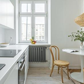 Jasna i nowoczesna kuchnia, widok na okno.