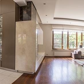 Stylowe wnętrze i brązowe okna.