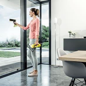 Kobieta myje okna.