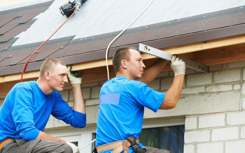 Fachowcy zakładający pokrycia dachowe.