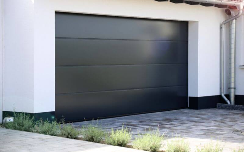 Brama garażowa Novoferm czarna.
